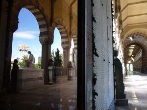 Riflessi su una porta a vetri - Famedio del Cimitero Monumentale di Milano
