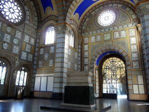 Tomba di Alessandro Manzoni al centro del famedio - Cimitero Monumentale - Milano