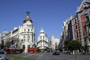 Vista de la Calle de Alcalá de Madrid. A la izquierda, el Edificio Metrópolis (1911). En el centro, el principio de la Gran Vía. A la derecha, la Iglesia de San José.