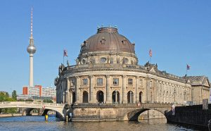 Vista del Bodemuseum junto a la Berliner Fernsehturm a la izquierda