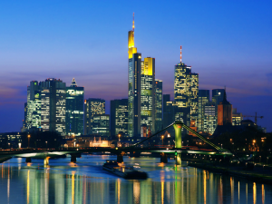 Vista nocturna de la ciudad de Frankfurt